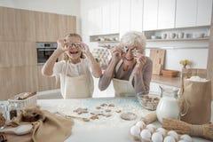 Heureuse grand-mère et enfant appréciant le procédé de boulangerie Photographie stock
