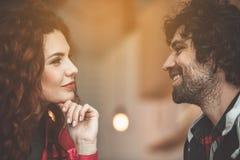 Heureuse jeune femme regardant l'homme avec amour Photographie stock libre de droits