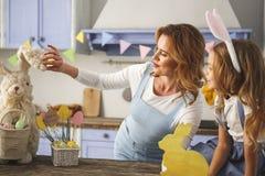 Heureuse maman et enfant appréciant l'attribut de Pâques Photographie stock libre de droits
