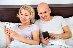 Heureuse mise en réseau sociale mûre de sourire positive de couples ensemble Photo libre de droits