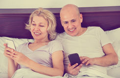 Heureuse mise en réseau sociale mûre de sourire positive de couples ensemble Photos libres de droits