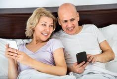 Heureuse mise en réseau sociale mûre positive de couples ensemble Image stock