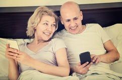 Heureuse mise en réseau sociale mûre positive de couples ensemble Images libres de droits