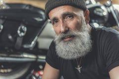 Heureuse personne masculine âgée dans le garage Images stock