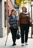 Heureuses femmes mûres heureuses marchant dans la ville Images stock