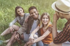 Heureuses personnes prenant la photo en nature Image stock