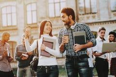 heureux étudiants Homme et femme étudiants Livres photos stock