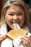 Heureux avec le sandwich image stock