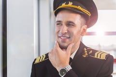 Heureux aviateur de sourire dans l'aéroport Photographie stock