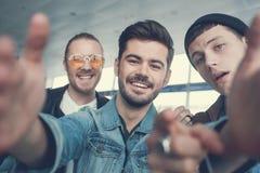 Heureux camarades faisant la photo dans des bras Images libres de droits