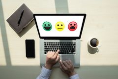 heureux choisi d'homme d'affaires sur l'évaluation de satisfaction ? Et bon m image stock