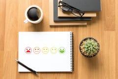 heureux choisi d'homme et de femme d'affaires sur l'évaluation de satisfaction ? images stock