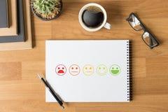 heureux choisi d'homme et de femme d'affaires sur l'évaluation de satisfaction ? photos stock