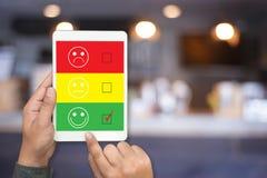 heureux choisi d'homme et de femme d'affaires sur l'évaluation de satisfaction ? images libres de droits