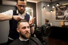 Heureux client ayant des cheveux coupés au salon photo libre de droits