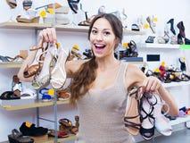Heureux client de femme tenant beaucoup de paires de chaussures photo stock