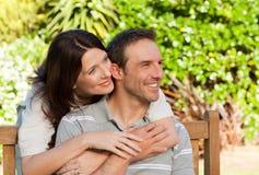 Heureux couples étreignant dans le jardin Photos libres de droits