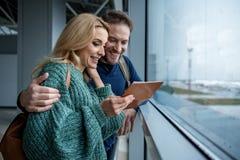 Heureux couples affectueux étant dans l'attente pour surfacer Photographie stock libre de droits