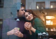 Heureux couples affectueux caressant dans le cafétéria Images stock