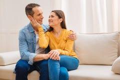 Heureux couples frais appréciant la vie Photos stock