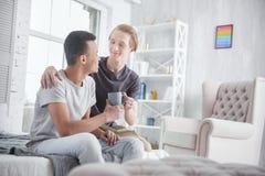 Heureux couples gais montrant l'amour Image stock