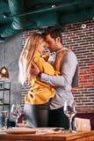 Heureux d'être si proche de lui Jeune homme tenant la femme assez blonde dans des ses mains photographie stock