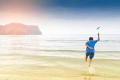 Heureux d'enfant et drôles asiatiques avec la vue de mer ou la nature d'amour de garçon avec le voyage dans les vacances pour dét Image stock