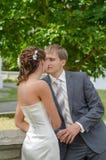Heureux dans des nouveaux mariés d'amour embrassant tendrement Image libre de droits