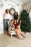heureux de Noël de fond d'isolement au-dessus du blanc de gens photographie stock libre de droits