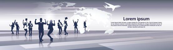 Heureux de Team Silhouette Businesspeople Group Cheerful d'affaires augmenté remet le concept de vol de voyage de carte du monde Photos libres de droits