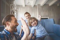 Heureux enfants ayant l'amusement avec le parent positif Photo libre de droits