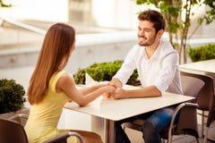 heureux ensemble Deux jeunes amants mignons s'asseyent en café léger Image stock