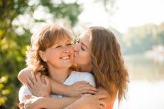 Heureux ensemble - mère et fille adolescente extérieures Photographie stock libre de droits