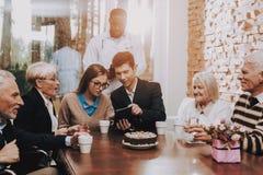 heureux ensemble parents grand-pères tablette photographie stock libre de droits