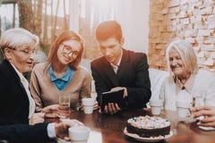 heureux ensemble parents grand-pères tablette photos libres de droits