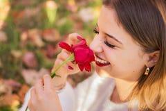 Heureux ensuite ayant reçu une rose photos stock