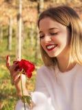Heureux ensuite ayant reçu une rose photographie stock libre de droits