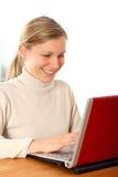 heureux femelle son fonctionnement d'ordinateur portatif Photo stock
