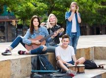 Heureux filles et garçons avec des instruments de musique Images libres de droits
