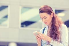 Heureux, gai, fille, excitée par ce qu'elle voit au téléphone portable photos libres de droits