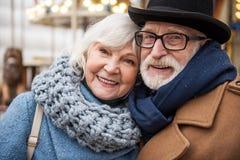 Heureux homme et femme mûrs embrassant avec amour Image stock