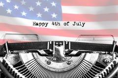 Heureux le 4ème juillet, dactylographié le texte sur une machine à écrire de cru, images stock