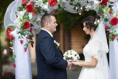 Heureux magnifique élégant romantique doux complètement des couples d'amour Image libre de droits