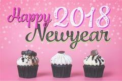 2018 heureux newyear avec le petit gâteau pour la célébration de partie Photographie stock