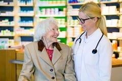 Heureux patient plus âgé avec son docteur de sourire Photo libre de droits