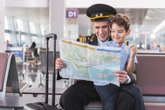 Heureux pilote de sourire passant le temps avec l'enfant Photographie stock libre de droits