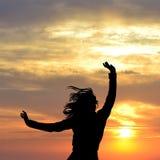 Heureux pour le concept de la vie avec la silhouette de la femme Image libre de droits