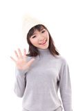 Heureux, souriant, chapeau de port de knit de femme joyeuse, écartant sa main à vous Photos libres de droits