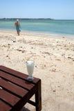 Heureux sur une plage tropicale Images libres de droits