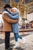Heureux vieil homme et femme appréciant le romance dans la ville Image libre de droits